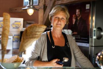 Lisa Develtere bij De Trommehoeve bio mijn natuur roomijs schepijs ijsjes biologische melk eieren hoeve boerderij hoevewinkel
